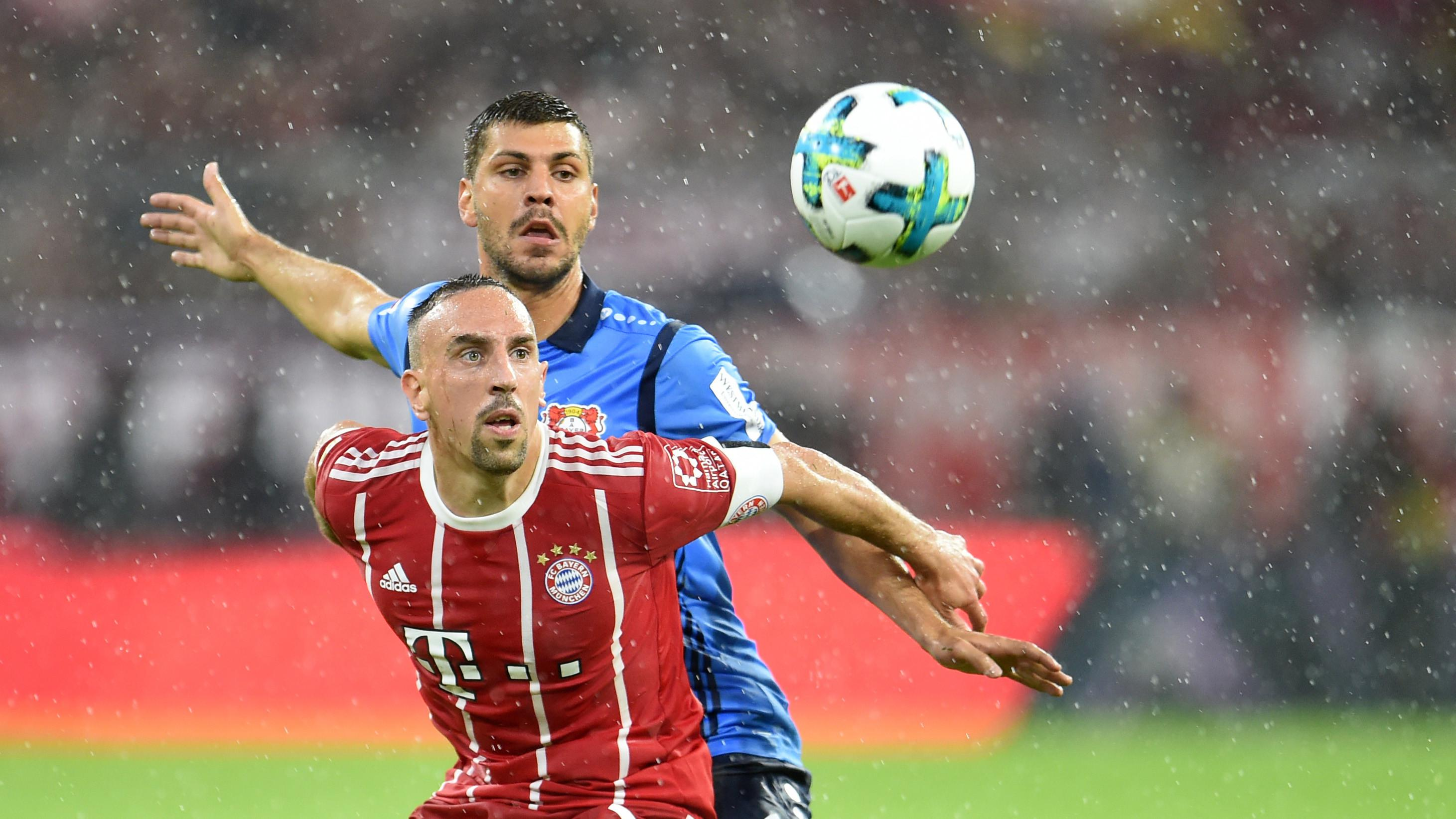 Aksi pemain Bayern Munchen, Franck Ribery berebut bola dengan pemain Leverkusen, Aleksandar Dragovic (belakang) (AFP/dpa/Sven Hoppe)