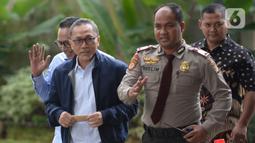 Ketua Umum PAN Zulkifli Hasan (kedua kiri) saat tiba di Gedung KPK, Jakarta, Jumat (14/2/2020). Pemanggilan hari ini merupakan yang ketiga bagi Zulkifli. (merdeka.com/Dwi Narwoko)