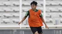 Pemain Timnas Indonesia U-22, Witan Sulaeman, memperhatikan arah bola saat latihan di Stadion Madya Senayan, Jakarta, Selasa (29/1). Latihan ini merupakan persiapan jelang Piala AFF U-22. (Bola.com/Yoppy Renato)