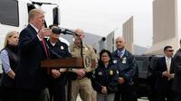 Presiden AS, Donald Trump memberikan keterangan kepada awak media seusai meninjau prototipe tembok perbatasan AS dan Meksiko di San Diego, Selasa (13/3). Tembok setinggi 30 kaki itu dibangun Trump untuk mencegah masuknya imigran gelap. (AP/Evan Vucci)
