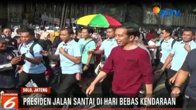 Meski dijaga ketat sejumlah Paspampres, warga di sepanjang Jalan Brigjen Slamet Riyadi saling berebut salaman dengan Presiden Jokowi.