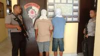 Dua pelaku kekerasan seksual terhadap anak di bawah umur di Desa Sari Tani, Kecamatan Wonosari, Kabupaten Boalemo, Gorontalo diamankan pihak kepolisian. (Liputan6.com/ Arfandi Ibrahim)