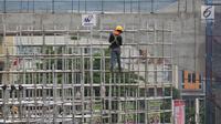 Pekerja memasang tiang penyangga untuk proyek pembangunan jalan tol Cimanggis-Cibitung (Cimaci) di Jalan Alternatif Cibubur, Jatikarya, Jatisampurna, Kota Bekasi, Jumat (23/11). Jalan tol ini diharapkan rampung selesai pada 2019. (Merdeka.com/Imam Buhori)