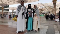 Virgoun sendiri mengajak istri, anak dan juga sang ibu dalam melaksanakan ibadah umroh di awal bulan suci Ramadan. Kebersamaan keluarga Virgoun saat berada di Tanah Suci juga bisa terlihat dari unggahan akun sang istri. (Liputan6.com/IG/@mommy_starla)