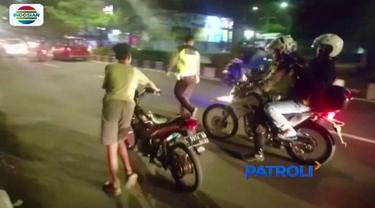 Aparat Polresta Sidoarjo menggelar razia balap liar di kawasan Jalan Achmad Yani, Sidoarjo. Puluhan remaja berhasil diamankan dan ditilang petugas.