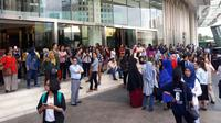 Pengunjung dan karyawan berhamburan keluar dan berkumpul di lobi pusat perbelanjaan Senayan City, Jakarta, Selasa (23/1).  Mereka panik setelah terjadi gempa berkekuatan 6,4 skala Richter yang berpusat di Lebak, Banten. (Liputan6.com/Fery Pradolo)