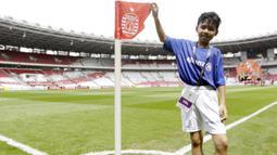 Seorang putra dari anggota The Jakmania berpose saat menjadi Player Escort Kids pada laga Piala AFC 2019 antara Persija Jakarta melawan Ceres Negros di SUGBK, Jakarta, Selasa (23/4). Kesempatan ini diberikan oleh Allianz. (Bola.com/Vitalis Yogi Trisna)
