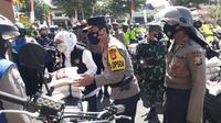 Sembako untuk terdampak PPKM Darurat di Jatim didistribusikan. (Dian Kurniawan/Liputan6.com)