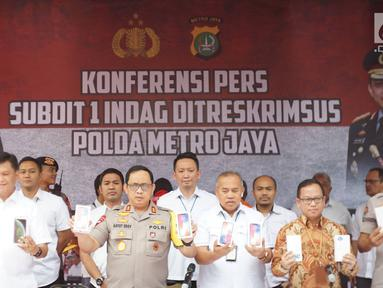 Kapolda Metro Jaya Irjen Pol Gatot Eddy Pramono menunjukkan barang bukti kasus penyelundupan perangkat telekomunikasi elektronik di Polda Metro Jaya, Jakarta, Kamis (29/8/2019). (Liputan6.com/Immanuel Antonius)