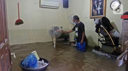 Banjir merendam rumah warga di RW 06 kawasan Mekarsari, Depok, Jawa Barat, Sabtu (20/2/2021). Banjir yang disebabkan meluapnya aliran Kali Cipinang Timur ini terjadi akibat intensitas hujan tinggi di wilayah tersebut (Liputan6.com/Herman Zakharia)