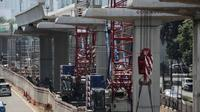 Alat-alat berat diparkir di Proyek Light Rail Transit (LRT) Cawang-Dukuh Atas di Jakarta, Kamis (10/5). Saat ini progress pengerjaan proyek Cawang-Dukuh Atas mencapai 22 persen dan ditargetkan dapat selesai pertengahan 2019. (Liputan6.com/Faizal Fanani)