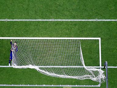 Gerard Pique bek Barcelona memotong jala gawang usai final Liga Champions melawan Juventus  di Olympiastadion, Berlin. (Reuters / Michael Dalder)