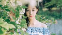 Matanya yang bulat membuat Tzuyu TWICE semakin terlihat cantik menawan. Apalagi kecantikannya dipadupadankan dengan bunga yang sedang mekar, benar-benar sempurna. (Foto: koreaboo.com)