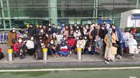 Sejumlah Warga Negara Indonesia (WNI) yang akan dievakuasi berpose bersama di Bandara Internasional Tianhe, Wuhan, Hubei, China, Sabtu, (1/2/2020). (foto:Duta Besar RI di Beijing)