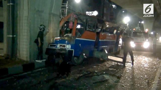 Sebuah Metromini menabrak jalan layang transjakarta dini hari tadi.