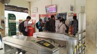 Kondisi antrean di stasiun Cakung (Liputan6.com Tri Mutia Hatta)