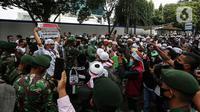 Aksi prajurit TNI menghalau massa yang hendak menggelar demonstrasi 1812 di sekitar Istana Negara, Jakarta, Jumat (18/12/2020). Aparat yang bertugas mencoba memberi tahu massa Aksi 1812 mengingat Jakarta masih dalam situasi pandemi Covid-19. (Liputan6.com/Johan Tallo)