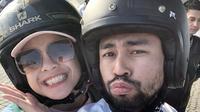 Raffi yang gemar dengan motor gede tentu saja tak melewatkan waktu untuk menjelajahi Bali dengan kendaraan roda dua tersebut. Bahkan ia juga mengajak sang istri untuk mengendarai sepeda motor saat berlibur di Bali. (Liputan6.com/IG/@raffinagita1717)