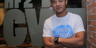 Dalam cuaca yang sangat dingin menusuk tulang, Dion Wiyoko rela mandi hujan. Bukan tanpa alasan pastinya, karena Dion melakukan itu semua ketika melakoni syuting film Winter in Tokyo. (Andy Masela/Bintang.com)