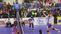 Pemain asiang Jakarta Pertamina Anna Stepaniuk mencoba melancarkan smes saat menghadapi Jakarta BNI 46 pada putaran kedua final four Proliga di GOR Ken Arok, Malang, Jumat (15/2/2019). (foto: PBVSI)