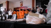 Sindikat peredaran narkotika jenis tembakau sintetis atau tembakau gorila diungkap Polres Bogor bekerja sama dengan Direktorat Narkoba Polda Jabar dengan membekuk 11 pelaku serta sejumlah barang bukti. (Liputan6.com/Achmad Sudarno)