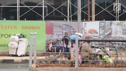 Pedagang kaki lima (PKL) menaruh barang dagangannya di depan Terminal Depok, Jawa Barat, Kamis (17/1). Trotoar Terminal Depok tidak bisa digunakan pejalan kaki menjelang sore lantaran diokupasi PKL. (Liputan6.com/Herman Zakharia)