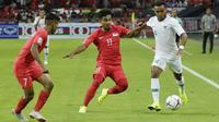 Bek Timnas Indonesia, Rizky Pora, menggiring bola saat melawan Singapura pada laga Piala AFF 2018 di Stadion Nasional, Singapura, Jumat (9/11). Singapura menang 1-0 atas Indonesia. (Bola.com/M. Iqbal Ichsan)
