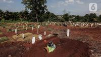 Petugas Suku Dinas Pertamanan dan Pemakaman mengali makam di TPU Pondok Rangon, Jakarta, Rabu (17/6/2020).  Meski  Fase pertama PSBB transisi di Ibukota diberlakukan pertambahan pasien terus meningkat sampai hari ini. (Liputan6.com/Johan Tallo)