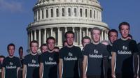 """100 potongan karton CEO Facebook Mark Zuckerberg yang mengenakan kaos bertuliskan """"fix fakebook"""" berjejer di halaman Capitol AS di Washington DC (10/4). Sebelmunya, Zuckerberg tersandung skandal kebocoran data Facebook. (Zach Gibson / Getty Images / AFP)"""