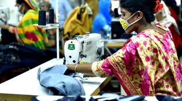 Aktivitas pekerja di pabrik garmen di Dhaka, Bangladesh (12/8/2020). Pendapatan ekspor Bangladesh pada Juli tercatat lebih dari 44 persen lebih tinggi dibandingkan Juni, yang berarti sektor ekspor di negara itu kembali berangsur normal setelah menderita dampak serius akibat pandemi COVID-19.(Xinhua)