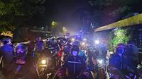 TNI-Polri dan masyarakat membagikan sembako kepada warga terdampak PPKM Level 4 di Kota Bogor. (Liputan6.com/Achmad Sudarno)