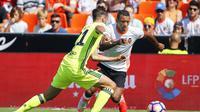 Aksi gelandang Valencia, Nani (kanan) saat berusaha melewati adangan pemain Real Betis, Fabian Ruiz, pada laga lanjutan La Liga 2016-2017, di Stadion Mestalla (11/9/2016). Valencia menjadi satu di antara klub raksasa Eropa yang sedang bernasib buruk.  (