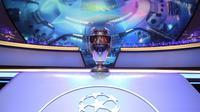 Trofi Liga Champions berada di tengah panggung drawing fase grup Liga Champions 2019-2020, di Monaco, Kamis (29/8/2019).  (AFP / Valery Hache)