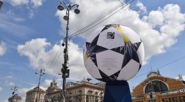 Pemandangan Bola kaki besar yang menghiasi jalan utama Khreshchatyk, Kiev, Ukraina (22/5). Kota Kiev akan menjadi tuan rumah penyelenggaraan final Liga Champions antara Real Madrid dan Liverpool di Olimpiyskiy Stadion. (AFP Photo/Sergei Supinsky)
