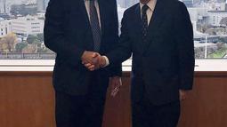 Wakapolri Komjen Syafruddin bersalaman dengan Commissioner General NPA Japan Mr. Masayoshi Sakaguchi di Tokyo, Jepang,  (7/12). Dalam kunjungannya Polri meminta pemerintah Jepang untuk memperluas kerjasama. (Dok Polri)