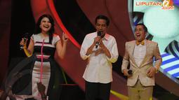 Jokowi yang menyanyikan lagu Darah Muda milik Rhoma Irama ternyata mampu membuat Tina Talisa, Irfan Hakim, dan penonton di studio bergoyang bersama (Liputan6.com/Herman Zakharia)