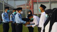 Pemberian remisi Idul Fitri 1442 H/2021 M kepada 955 warga binaan Lapas Kelas IIA Cikarang. (Liputan6.com/Bam Sinulingga)