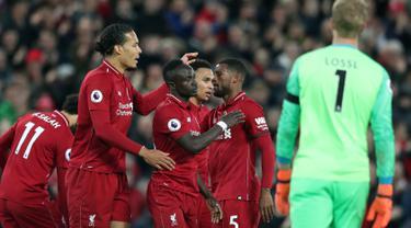 Pemain Liverpool merayakan gol tim mereka ke gawang Huddersfield Town dalam laga lanjutan Premier League 2018-19 pekan ke-36 di Anfield, Jumat (26/4). Bermain di kandang sendiri, Liverpool menang dengan skor telak 5-0.  (AP Photo/Jon Super)