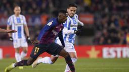 Aksi pemain muda Bercelona, Ousmane Dembele pada laga lanjutan La Liga yang berlangsung di stadion Camp Nou, Minggu (20/1). Barcelona menang 3-1 atas Leganes. (AFP/Josep Lago)