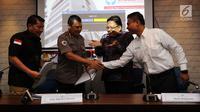 Komisioner Ombudsman Adrianus Meliala (dua kanan) dan Irwasda Polda Metro Jaya Kombes Pol Komarul Zaman (dua kiri) saat penyerahan temuan laporan maladministrasi kasus Novel Baswedan di Kantor Ombudsman, Jakarta, Kamis (6/12). (Liputan6.com/JohanTallo)