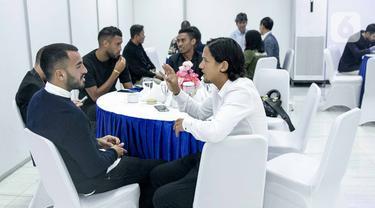 Pemain Bali United, Irfan Bachdim (kemeja putih) berbincang dengan para pesepakbola saat menghadiri gelaran Indonesian Soccer Award 2019 di Studio 6 Indosiar, Jakarta, Jumat (10/1/2020). (Liputan6.com/Faizal Fanani)