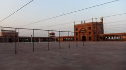 Masjid Jama terlihat pada bulan suci Ramadan di bawah penerapan lockdown untuk menekan penyebaran virus corona di New Delhi, 25 April 2020. Masjid terbesar di India itu selalu ramai dipenuhi dipenuhi Umat Muslim saat datangnya Ramadan namun, kini terlihat sepi imbas Covid-19. (Sajjad HUSSAIN/AFP)