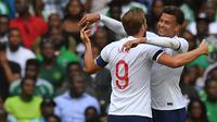 Gelandang Inggris, Dele Alli, merayakan gol yang dicetak Harry Kane ke gawang Nigeria pada laga persahabatan di Stadion Wembley, London, Sabtu (2/6/2018). Inggris menang 2-1 atas Nigeria. (AFP/Ben Stansall)
