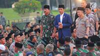 Presiden Joko Widodo bersama Panglima TNI Marsekal Hadi Tjahjanto dan Kapolri Jenderal Tito Karnavian tiba menghadiri buka puasa bersama dengan Keluarga Besar TNI - Polri dan Masyarakat di Lapangan Monas, Jakarta, Kamis (16/5). (Liputan6.com/Angga Yuniar)