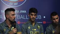 Trio pemain asing baru Arema FC, Jonathan Bauman, Elias Alderete, dan Matias Malvino. (Bola.com/Iwan Setiawan)