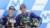 Pebalap Movistar Yamaha, Valentino Rossi (kanan), diprediksi akan membantu rekan setimnya, Maverick Vinales, pada empat seri tersisa MotoGP 2017. (Bola.com/Twitter/wearemotofire)