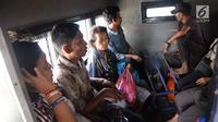 Sejumlah gelandangan atau warga Penyandang Masalah Kesejahteraan Sosial (PMKS) terjaring razia oleh petugas Dinsos DKI di Kawasan Terminal Kampung Melayu, Jakarta, Jumat (11/5). (Liputan6.com/Arya Manggala)