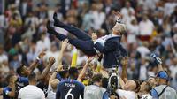 Pelatih Prancis, Didier Deschamps, diangkat anak asuhnya usai menjuarai Piala Dunia dengan mengalahkan Kroasia pada laga final di Stadion Luzhniki, Moskow, Minggu (15/7/2018). Prancis menang 4-2 atas Kroasia. (AP/Francisco Seco)