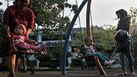 Sejumlah orang tua saat mengawasi anaknya  bermain di Taman Menteng, Jakarta Pusat, Jumat(22/5/2015). Peresmian empat TTRA merupakan langkah awal dari Pemprov DKI Jakarta yang akan membangun enam taman terpadu pada tahun ini. (Liputan6.com/Johan Tallo)