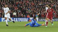 Proses terjadinya gol oleh striker Liverpool, Mohamed Salah, ke gawang AS Roma pada leg pertama semifinal Liga Champions di Stadion Anfield, Selasa (24/4/2018). Liverpool menang 5-2 atas AS Roma. (AP/Peter Byrne)